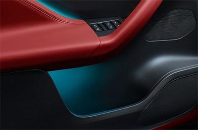Ambientebeleuchtung: Illuminierte Türtafel des Jaguar F-Pace